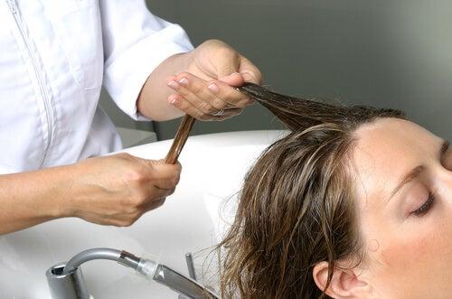 saisonal bedingter Haarausfall: Behandlung und Massage