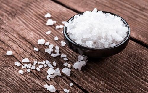 Grobes Salz gegen weißen Zungenbelag