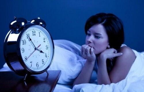 Schwierigkeiten beim Einschlafen oder beim Durchschlafen sind heute ein sehr häufiges Problem. Es gibt viele Arten von Schlaflosigkeit