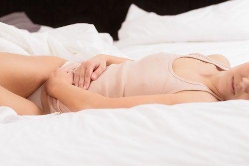Frau kennt Nebenwirkungen und Symptome von Eierstockkrebs