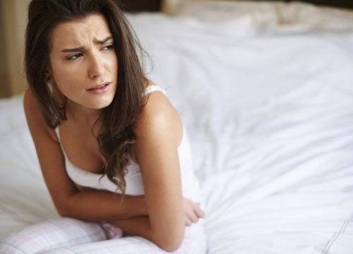 Frau hat Nebenwirkungen und Symptome von Eierstockkrebs
