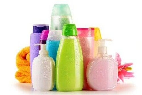 Stark schäumende Produkte sind ein Fehler unter der Dusche.