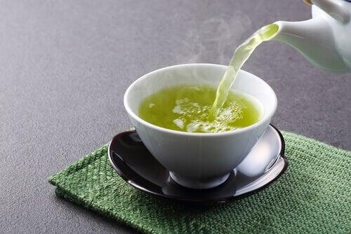 Fettverbrennende Lebensmittel sind zum Beispiel ein paar Tassen grüner Tee.