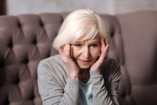 Frau braucht Tipps zur Vorsorge gegen neurodegenerative Krankheiten