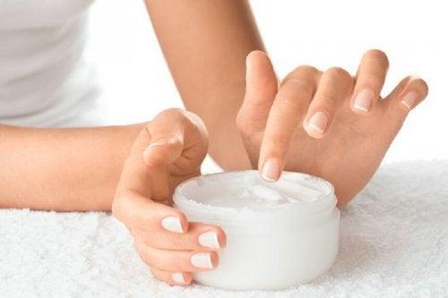 brüchige Fingernägel mit Creme pflegen