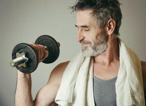 Wie viel Sport muss wirklich sein? Mann mit Gewicht trainiert