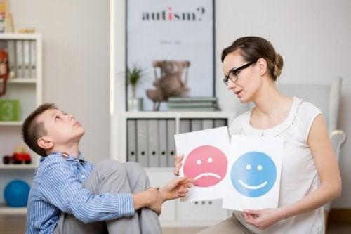 Kind mit Aspergersyndrom beim Lernen