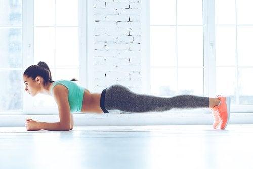 Frau hält sich mit Übungen fit