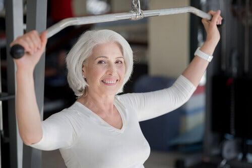 Wie viel Sport muss wirklich sein? Ältere Frau trainiert