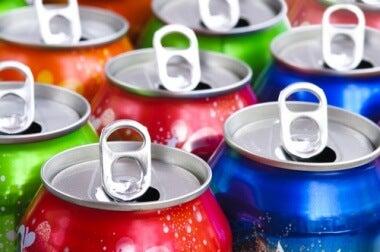 Kohlensäurehaltige Erfrischungsgetränke mit viel Zucker: schlechte Alltagsgewohnheiten