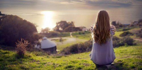 Frau genießt bewusste Einsamkeit
