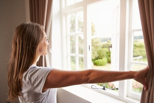 Fenster und Türen öffnen für energetische Reinigung