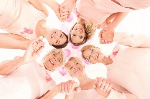 Frauen informieren über Wissenswertes über Brustkrebs