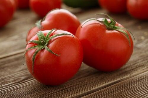 Hornhaut natürlich entfernen mit Tomaten
