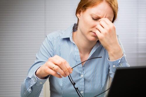 Frau leidet an Glutenintoleranz