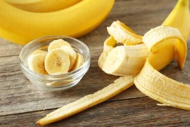 Masken für seidiges Haar mit Bananen