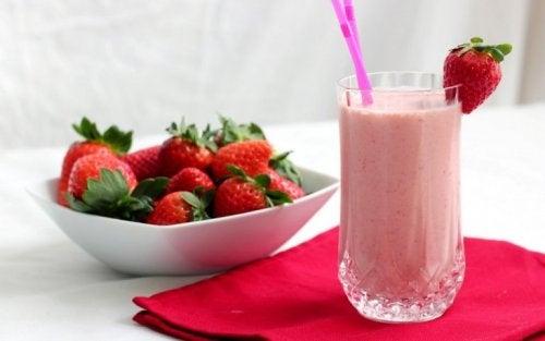 Mixgetränk mit Erdbeeren, Orange und Joghurt für ein gesundes Frühstück