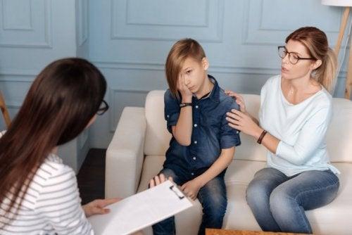 Mutter mit Psychopath beim Arzt