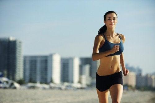 Frau treibt regelmäßig Sport für gute Schilddrüsenfunktion