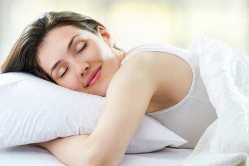 Frau schläft gut weil sie täglich Honig konsumiert