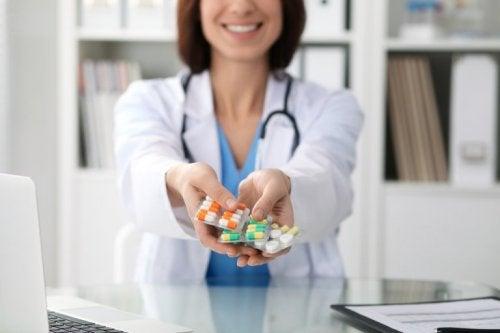 Frau mit Medikamenten, die dick machen