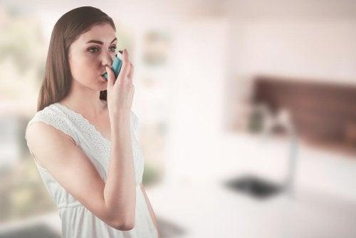Frau muss bei Asthma inhalieren