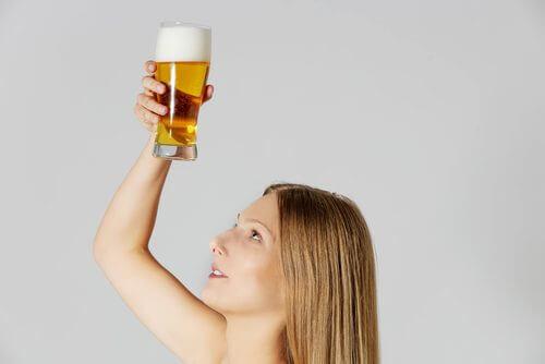 Bier hilft gegen trockenes Haar.