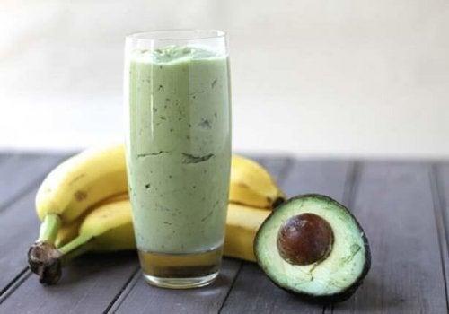 Gewichtsabnahme durch Grüntee in einem Mixgetränk mit Banane und Avocado