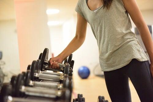 mehr Gewicht oder mehr Wiederholungen im Fitnessstudio?