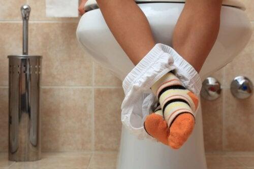 kind-auf-der-toilette