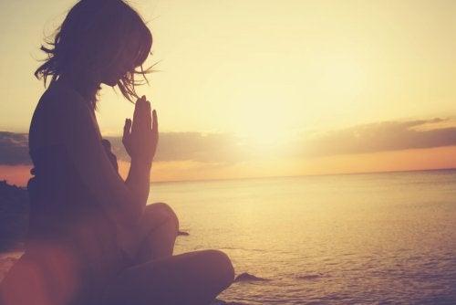Meditation am Strand gegen emotionale Erschöpfung
