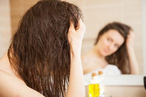 Olivenöl kann gegen trockenes Haar helfen.