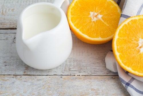 Orangenschale und Milch als Naturheilmittel für ebenmäßige Hände