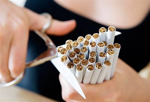 Zigaretten mit Schere zerstören