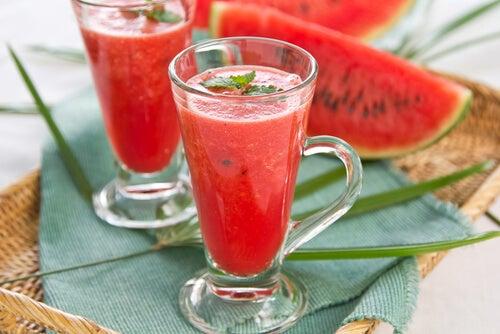 Detox-Getränke: Erfrischung mit Wassermelone und Erdbeere