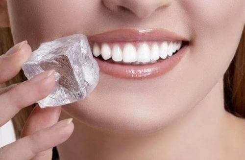 Eiswürfel gegen Mundgeschwüre