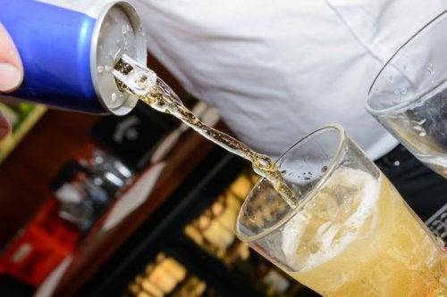 Diese Getränke schädigen den Magen: Mischung von Energy-Drinks und Alkohol