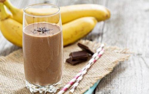 Frühstücksdrinks mit Schokolade, Erdbeeren und Banane