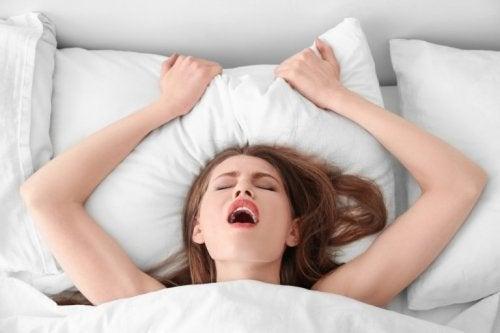 Gedanken führen zum Orgasmus einer Frau