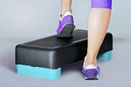 Step-Aerobic und andere Übungen für starke Knie