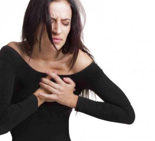 Frau mit Herzstechen