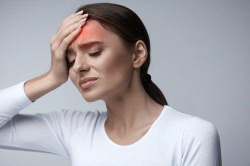 Frau mit Kopfschmerzen verzichtet auf Getränke, die den Blutdruck erhöhen