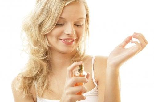 Verwendungsmöglichkeiten von Vaseline: länger Wirkung von Parfüm