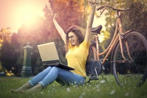 Frau mit Computer im Park möchte besseres Kurzzeitgedächtnis