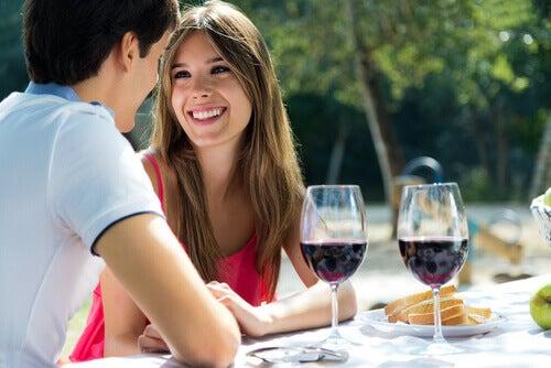 Verführung bei einem Gläschen Wein