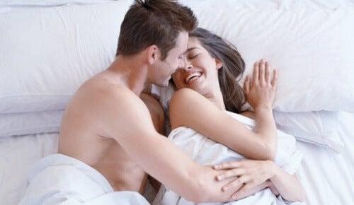 Paar hat Freude beim Sex