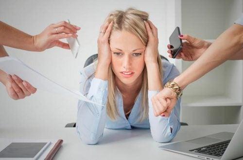 Frau hat Herzstechen durch Angst und Stress