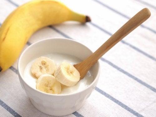 Joghurt und Banane gegen Schuppenflechte auf der Kopfhaut