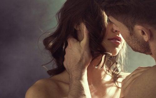 Mann und Frau haben Freude beim Sex