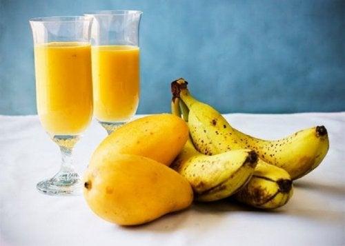 Drink mit Mango und Banane zur Reinigung der Leber